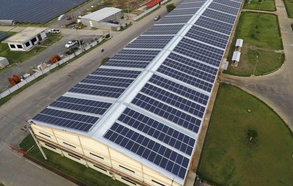 panneaux-photovoltaique-usine-industriel