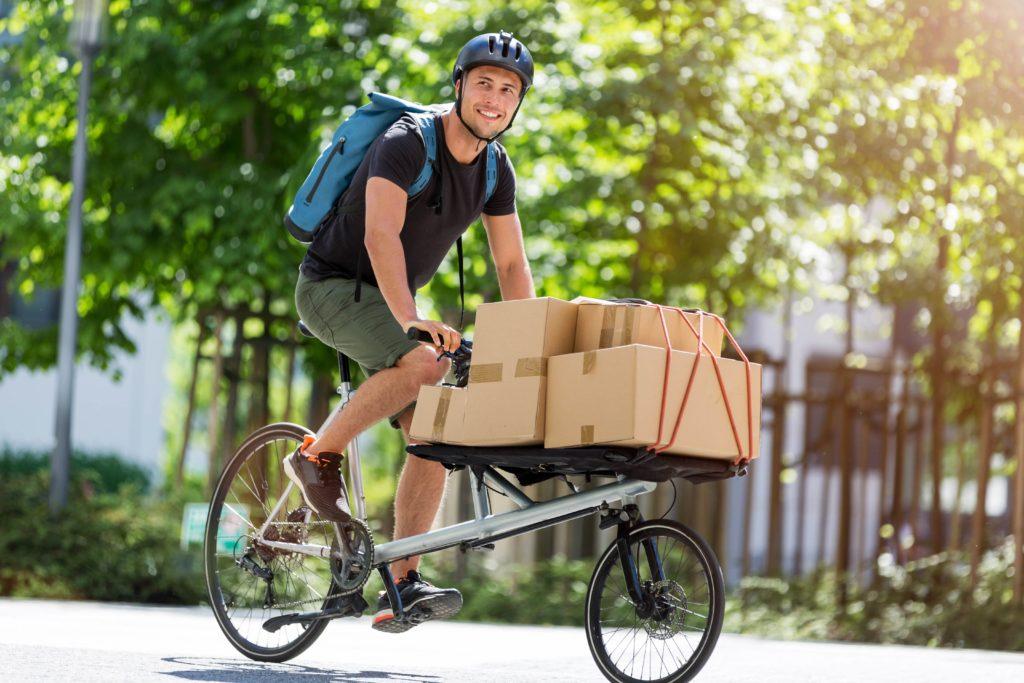 livreur en vélo cargo